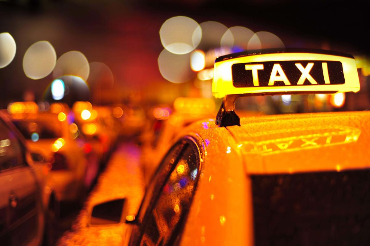 taksi1 - Со колбасы на хлеб, со служебного авто на такси – Сургутские чиновники начинают экономить казенные деньги