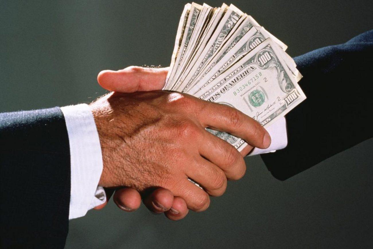 newsvideopic privatizator iz merii popalsya na krupnoj vzyatk46574 1900x1272 c - Один триллион долларов в год – столько мир тратит на взятки