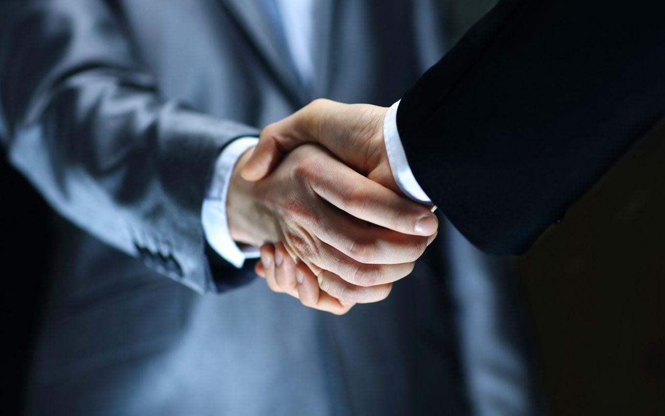 biznes rukopozhatie sdelka 5061 - Правительство ХМАО и Сбербанк вместе будут развивать в Югре механизмы концессии
