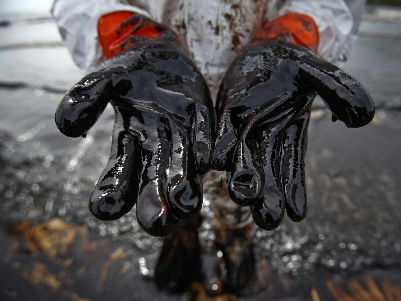neft skvoz palcy - Хорошо пошла: добыты первые тонны нефти на новом месторождении Югры, которое открыли Медведев и Сечин