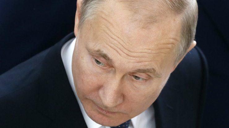 3000 740x415 - Во время проведения ЧМ по футболу и одновременного принятия ряда законов индекс доверия к Путину упал до 37%