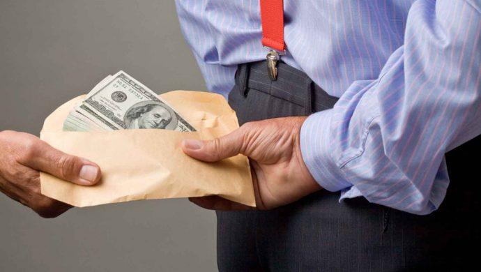Vzyatki. BRW Magazine 690x390 - Закон Робин Гуда: взятки, конфискованные у коррупционеров, будут зачислять в Пенсионный Фонд России