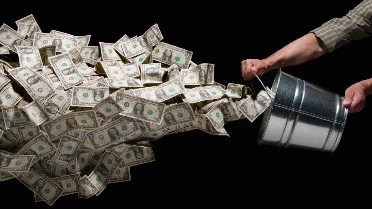 money throw orig 740x415 - Куда утекают деньги? Отток капитала из России вырос в три раза