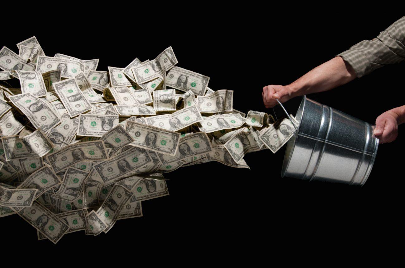 money throw orig - Куда утекают деньги? Отток капитала из России вырос в три раза